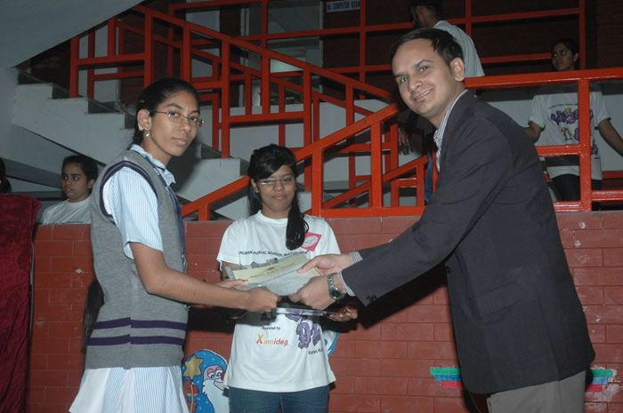 KV Gautam distributing prizes at Salwan Public School Mayur Vihar Delhi